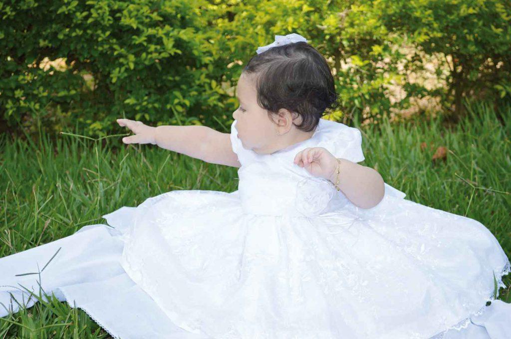 Das weiße Taufkleid symbolisiert Reinigung