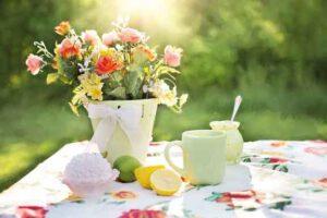 Sommerlich gedeckter Tisch Frohe Botschaft August 2020