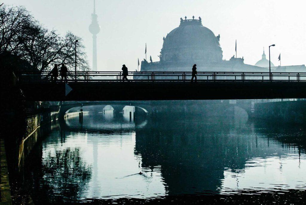 Spree und Berliner Dom im Morgengrauen