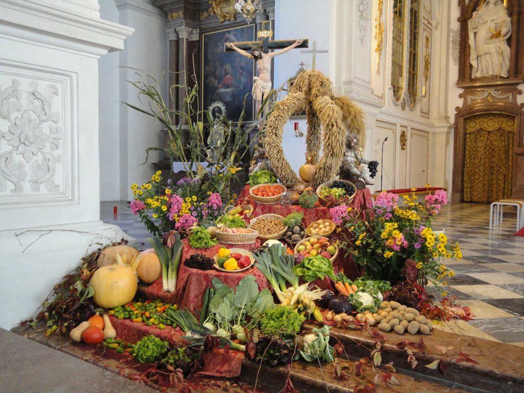 Erntedankgaben am Altarr
