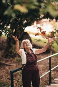 Frau freut sich und breitet die Hände aus