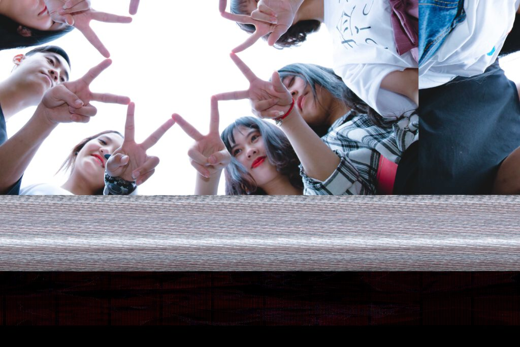 Jugendliche halten sich alle an einem Stern fest