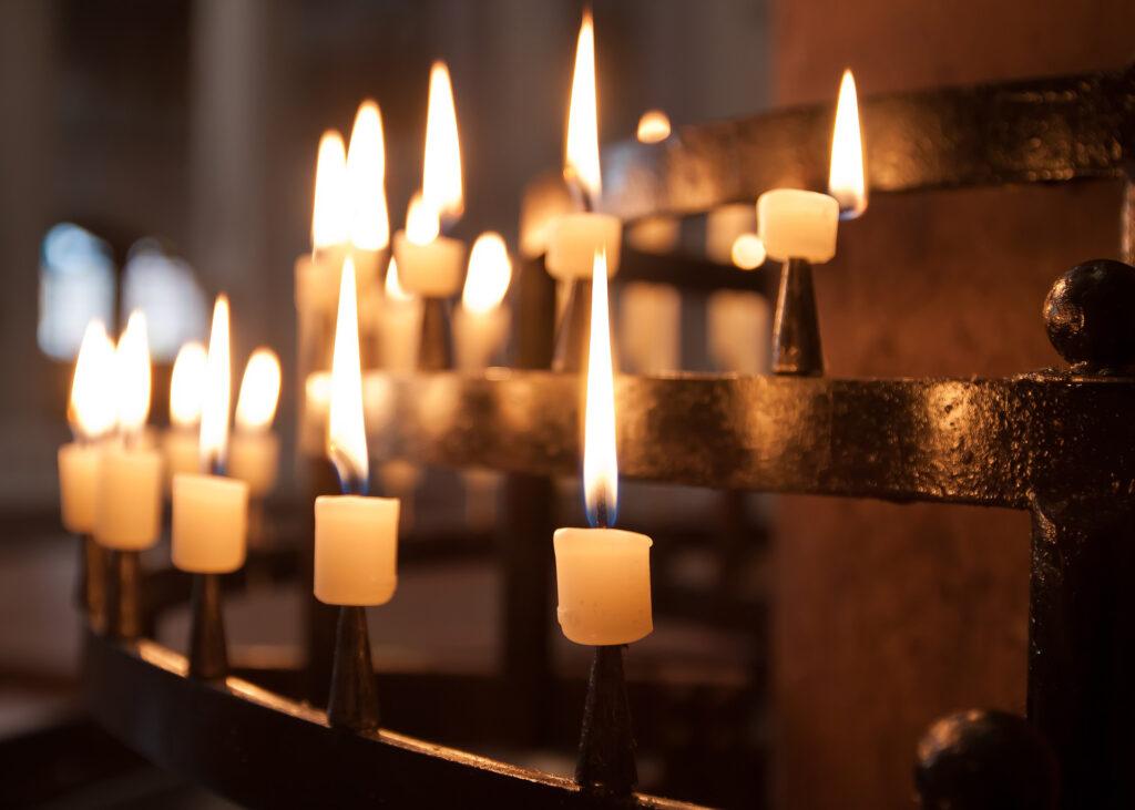 Kerzen anzünden für Verstorbene. Foto: pixabay
