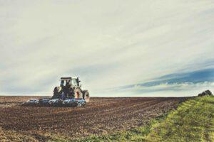 Traktor pflügt auf dem Acker